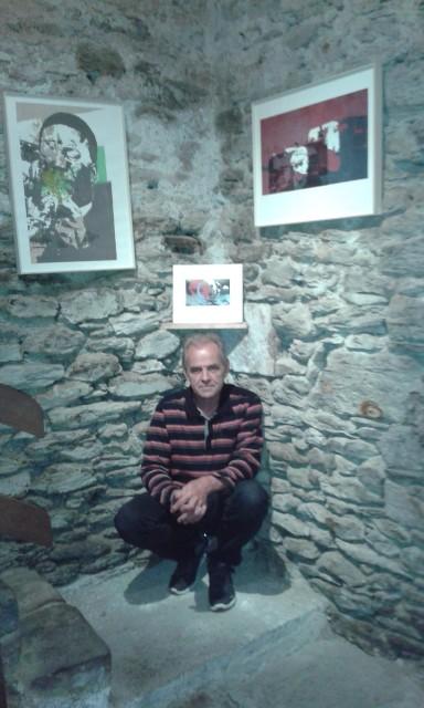 Peter Wessel en la exposición de los collages de Dinah Salama