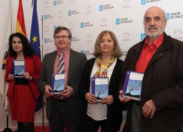 1. Alicia Esteban, Ramón Jiménez, Mercedes Aguirre y José María de la Torre posan sonrientes con ejemplares del libro CUENTOS DE LA MITOLOGÍA CELTA